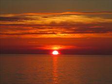 瀬波海岸より日本海に沈む夕日