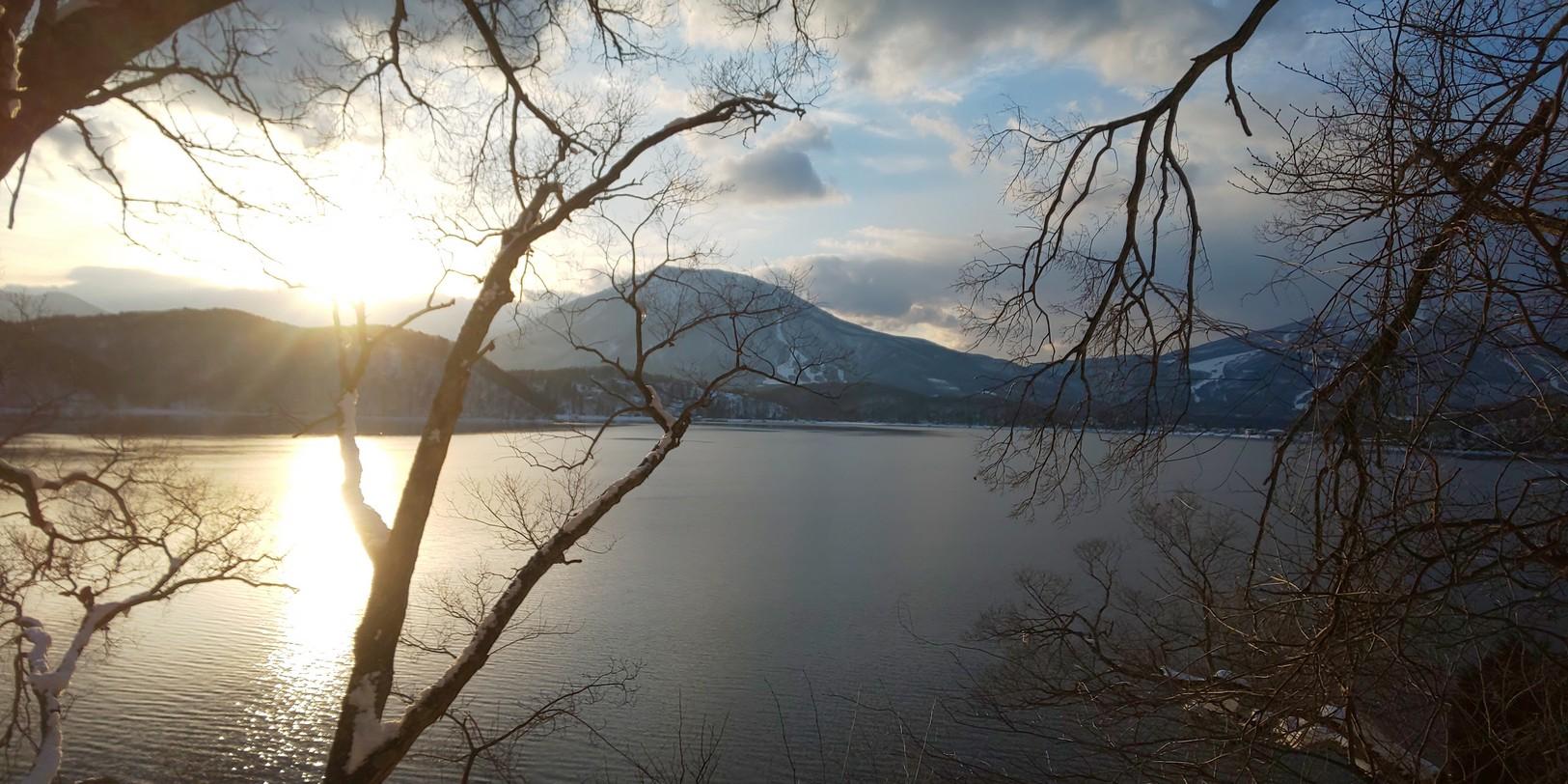 湖畔から夕陽を望む